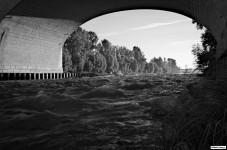Sous le pont Wilson, rive gauche.