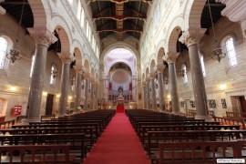 Vue de l'allée principale, vers le cœur, lorsqu'on entre dans la Basilique.