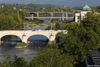 Les ponts, lignes de vie de la ville, relient les lieux et les hommes.