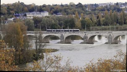 Tram et pont de pierre
