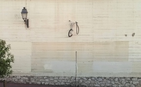 Le vélo dans le mur